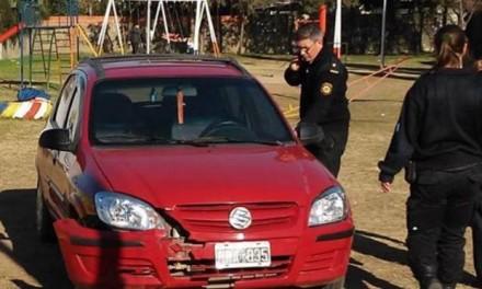 Un policía se metió con su auto en una plaza